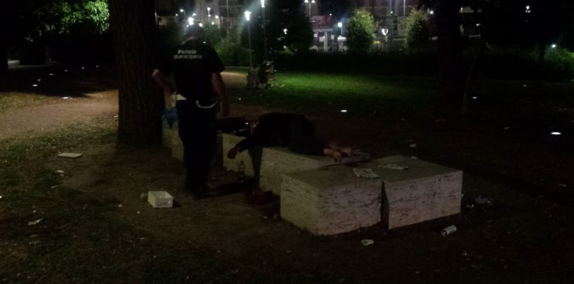 Controlli in città: tre stranieri ubriachi nel parco di piazza Kennedy