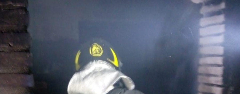 Vede la propria abitazione prendere fuoco e si rifugia ai piani superiori: salvata dai caschi rossi