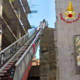 VIDEO/ Maltempo, lamiera pericolante sul tetto della Solimena: rimossa dai caschi rossi