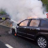 Paura sull'A16: auto in fiamme, arrivano i vigili del fuoco