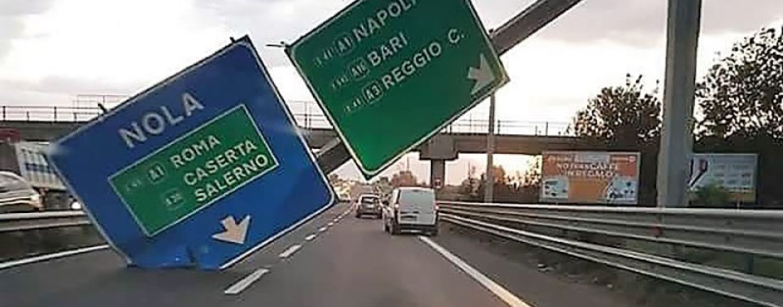 Cade cartello autostradale: paura sull'asse mediano