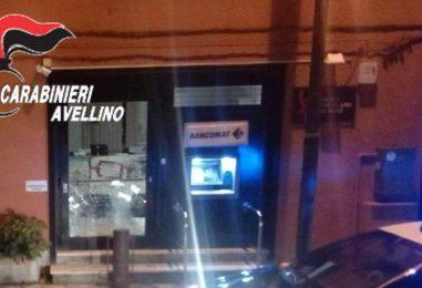Tentano di forzare un bancomat, arriva la polizia e scappano