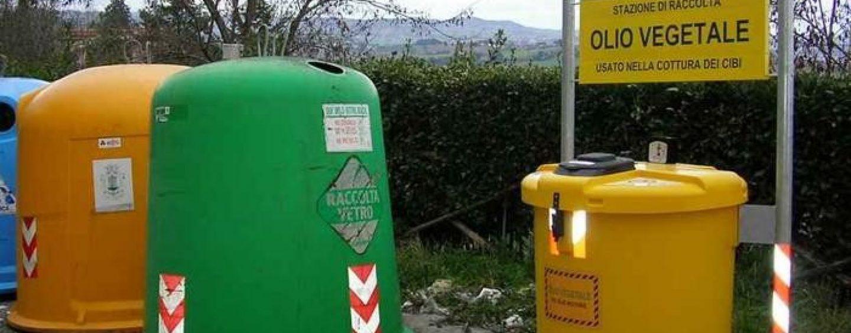 Raccolta differenziata, si allarga il fronte dei rifiuti: arrivano i raccoglitori per l'olio da cucina