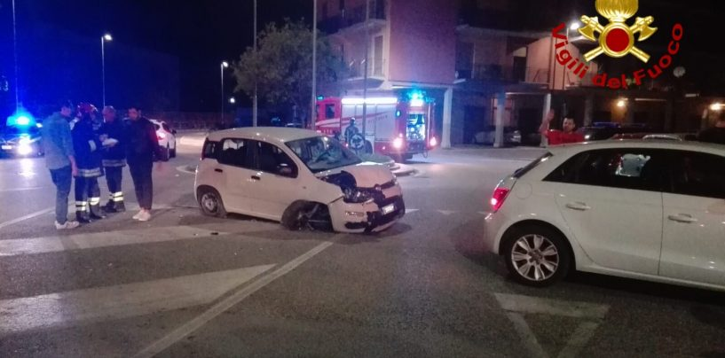 Incidente nella notte a Via Scandone: auto impatta contro i veicoli in sosta