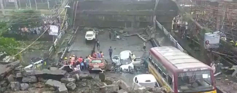 Calcutta come Genova, crolla ponte: morti e feriti