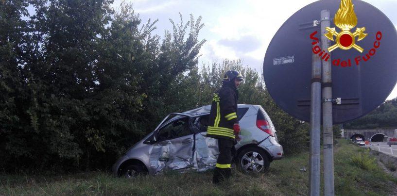 Paura sull'A16: camion contro auto, in ospedale donna di 44 anni