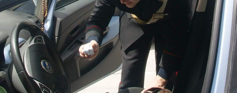 Spacciava droga alla fermata dell'autobus: sorpreso e denunciato dall'Arma