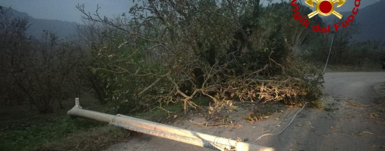 FOTO/ Maltempo, danni e paura in Irpinia: tetti scoperchiati dal vento, cade un palo della luce