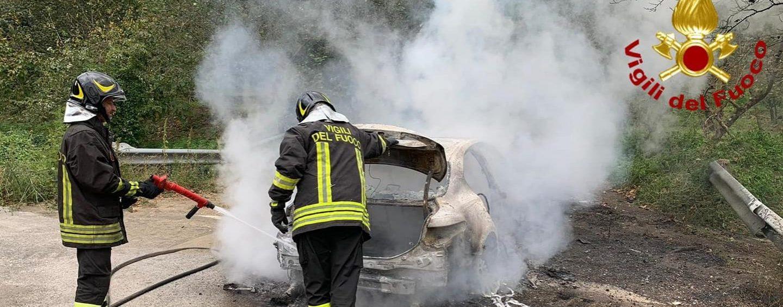 Auto avvolta dalle fiamme: sfiorata la tragedia a Lauro