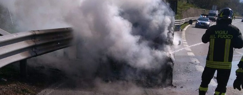 Auto prende fuoco con famiglia a bordo: tutti salvi grazie ai Vigili del Fuoco
