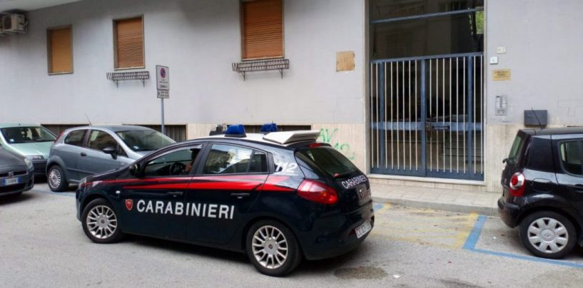 Dramma in centro città, trovato morto in casa accanto ad un fucile: si pensa al suicidio