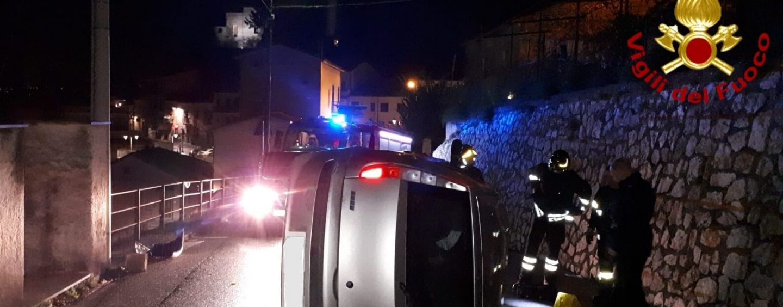 Auto sbanda e si ribalta, ferito un 23enne