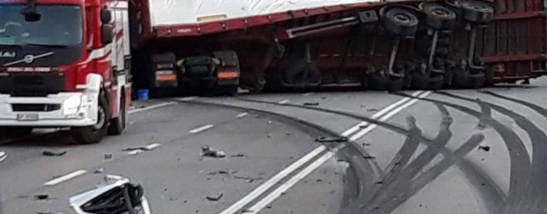 Caposele, scontro frontale tra auto e tir: due feriti. Chiusa al traffico la SS 691