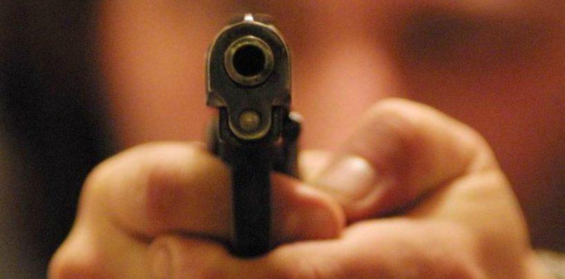 Militare armato minaccia clienti di un bar: ferito alle gambe e bloccato dalla Polizia