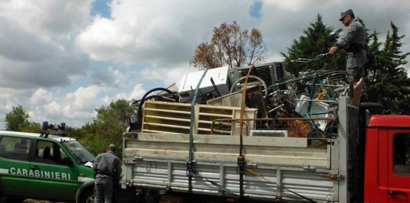 Trasportano illecitamente rifiuti su un camion: beccati due romeni