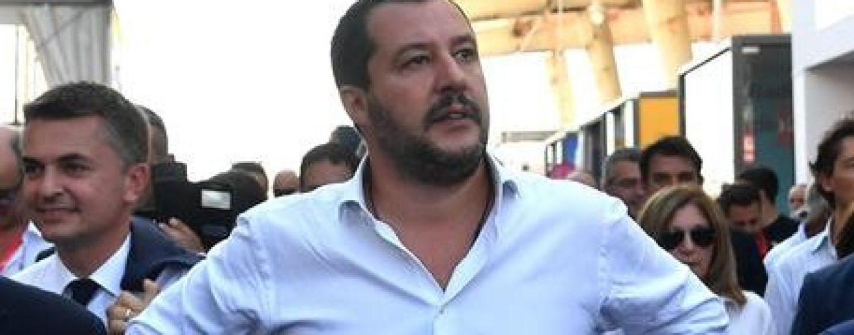 Immigrazione e sicurezza, il ministro Salvini accolto a Napoli con applausi e selfie