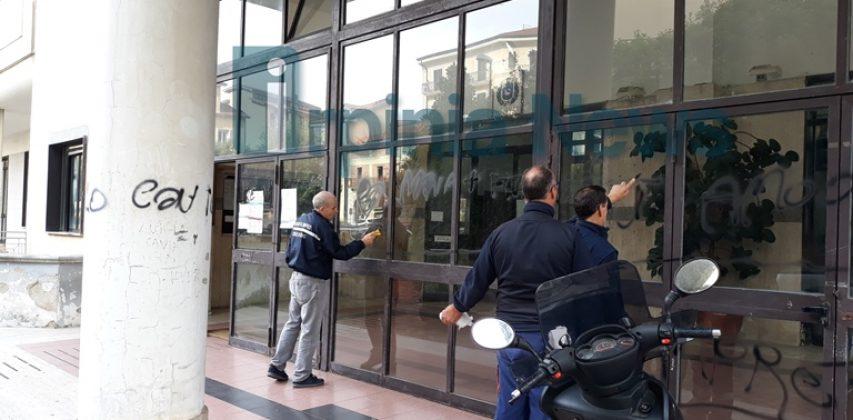I vandali arrivano fino a Palazzo di Città: imbrattata la Casa comunale