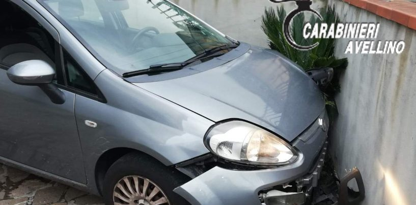 Non si ferma al blocco dei Carabienieri: tenta la fuga lanciandosi dall'auto
