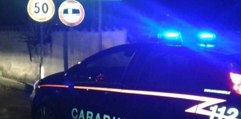 Folle inseguimento nella notte: passeggero si getta dall'auto, l'autista drogato si schianta contro un muro