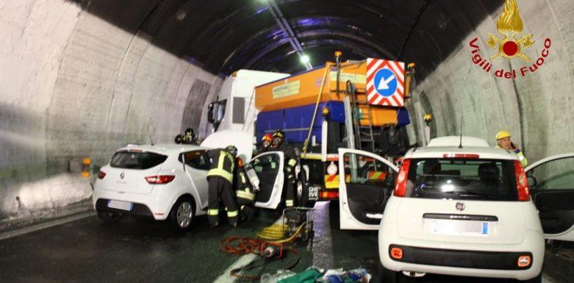 Simulazione incidente sull' A16: l'esercitazione dei Vigili del Fuoco