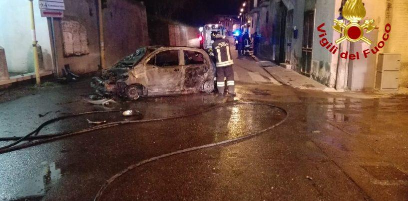 Sbanda e si schianta contro un muro: auto in fiamme, paura per un 18enne