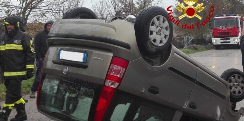 Sbanda e si ribalta con l'auto: paura per una donna di 58 anni