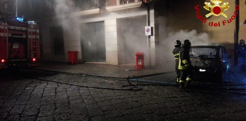 Auto in fiamme lungo Corso Umberto, danneggiata la facciata di un palazzo