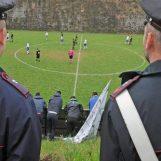 VIDEO/ Carabiniere entra in campo e obbliga l'arbitro a interrompere la partita Castelfranci-San Sossio Baronia