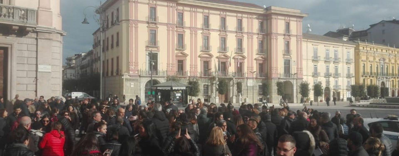 """Commercianti e cittadini in piazza contro l'ordinanza anti-smog: """"E' da cambiare"""""""