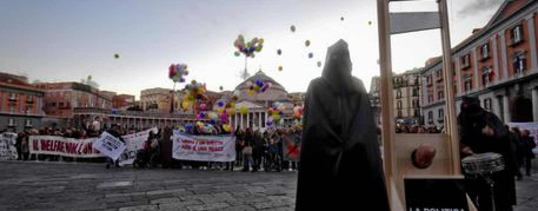 Disabili in piazza, protesta choc a Napoli