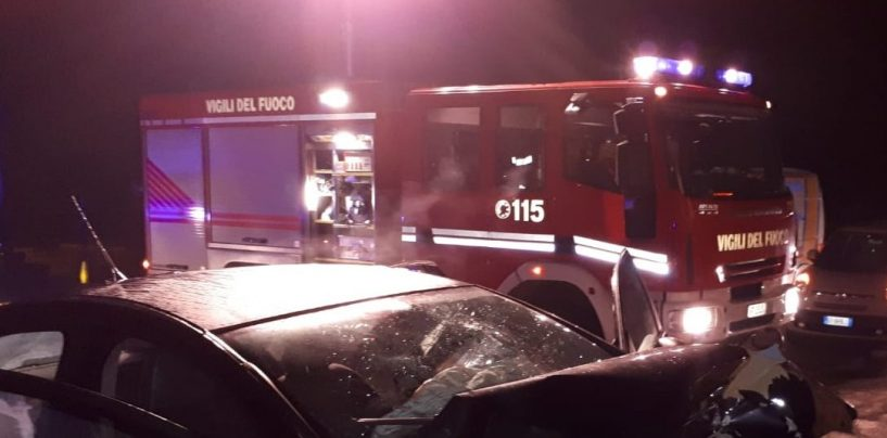 Auto sbanda e si schianta contro un muro: due feriti