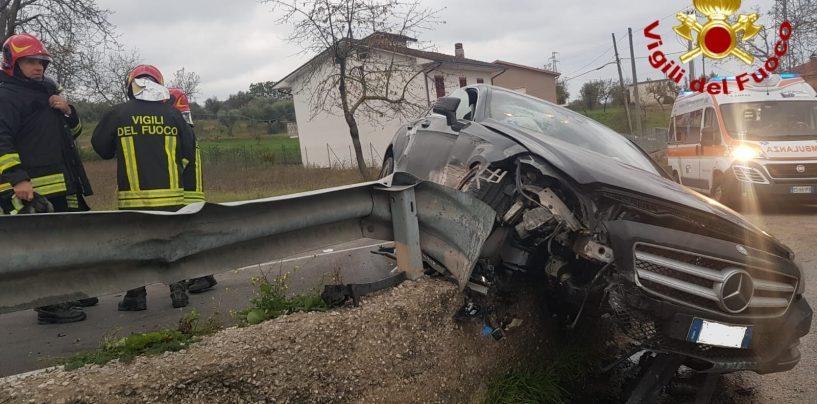 Auto sbanda e sfonda il guardrail: paura per il passeggero anziano
