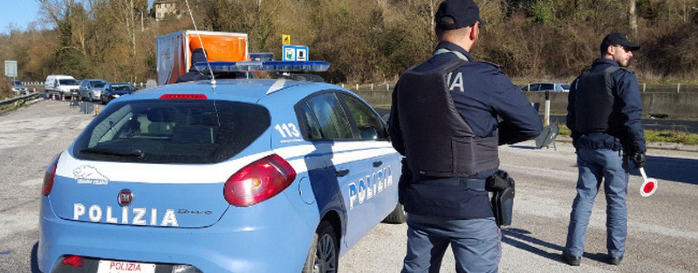 Polizia, posti di blocco e controlli a tappetto sulle strade