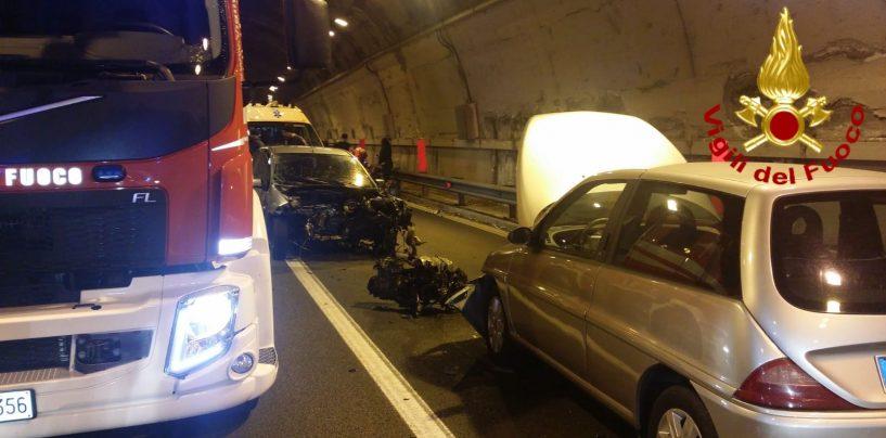 Inferno nella galleria: scontro tra auto, quattro feriti