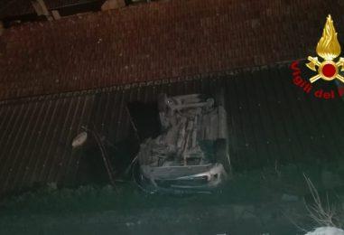 Auto sbanda e finisce sul tetto di un'abitazione sottostante: paura per una 19enne