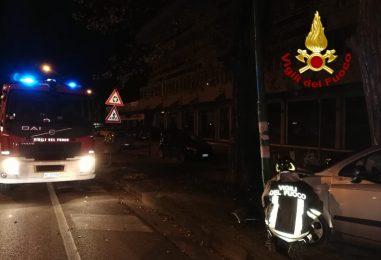 Incidente stradale e auto in fiamme: doppio intervento dei pompieri