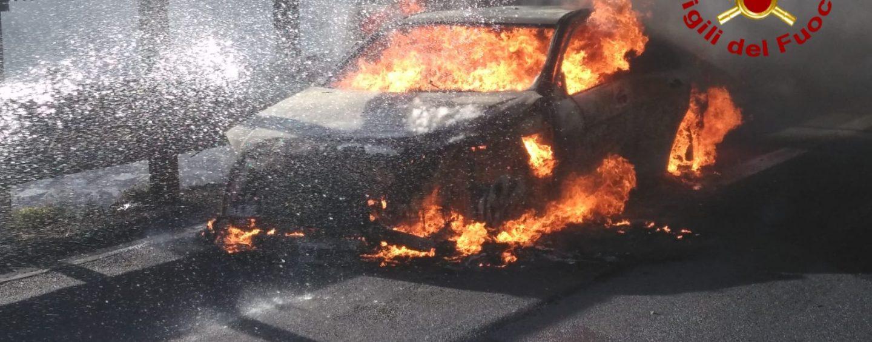 Auto in fiamme sull'A16, solo un grosso spavento per l'autista