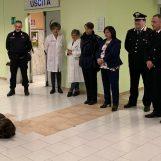 """VIDEO/ Visita dei Carabinieri al reparto Pediatria del """"Landolfi"""": il cane Pirat conquista i bambini"""