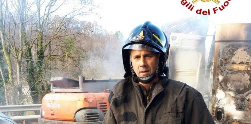 Assalto ai portavalori sul raccordo Av-Sa, Vigili del Fuoco al lavoro per domare le fiamme