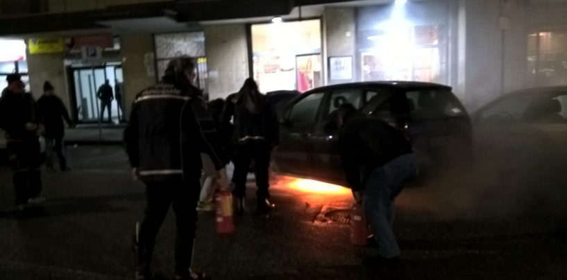Auto prende improvvisamente fuoco in centro città: paura a via Tagliamento