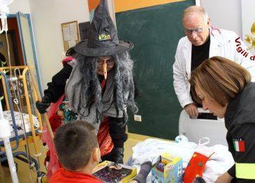 I Vigili del Fuoco portano la Befana in pediatria: giocattoli e dolciumi per i bambini
