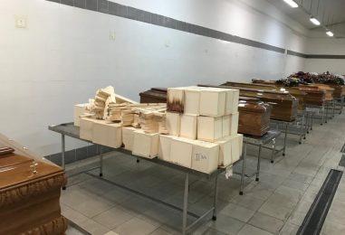Feti e arti umani lasciati marcire in casse di legno: la denuncia degli impresari funebri