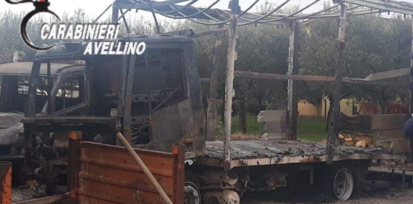 FOTO/ Bruciano due autocarri nella notte, s'indaga sulle cause del rogo
