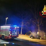 Auto in fiamme, paura a Rione Parco: arrivano i vigili del fuoco