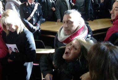 VIDEO/ Strage Bus, bagarre in aula dopo l'assoluzione di Castellucci