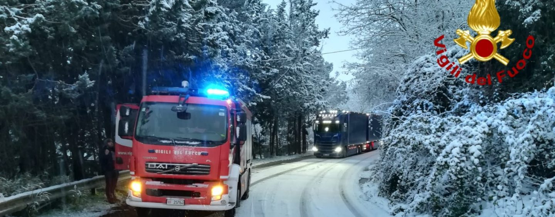 Altavilla, Tir bloccato dalla neve lungo la Statale 88