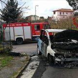 Auto prende fuoco in marcia, paura a Grottolella