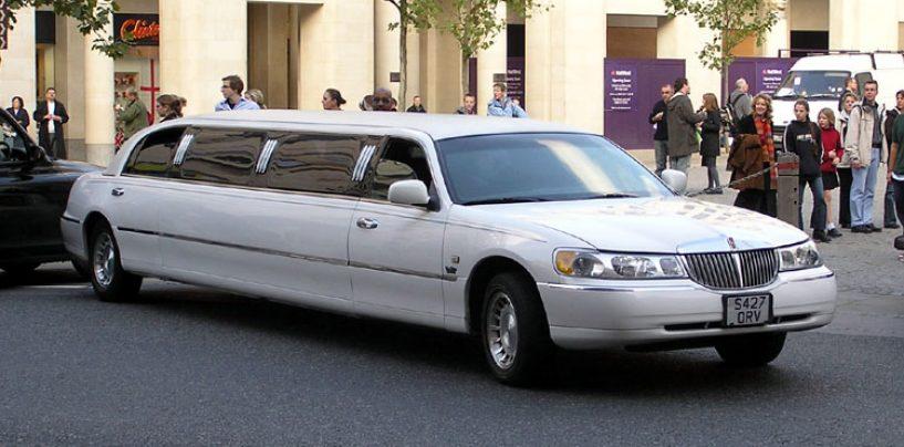 Si presenta a scuola in limousine e scoppia la polemica con la preside
