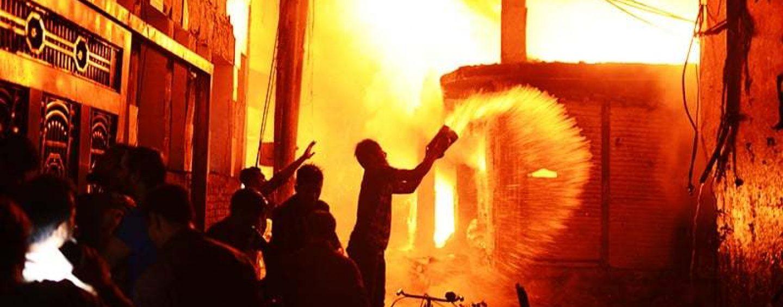 Incendio devastante in Bangladesh, almeno 80 morti intrappolati nell'inferno di fuoco