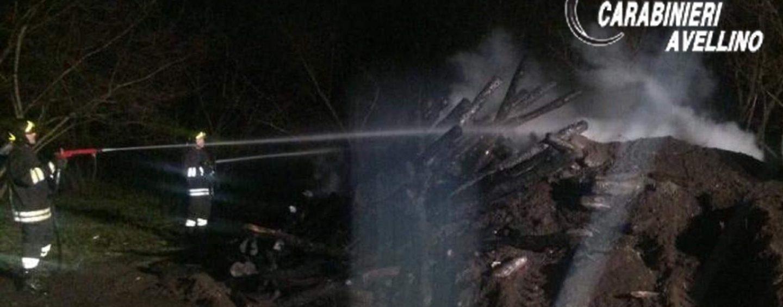 Incendio in un'azienda agricola di Baiano, distrutti 300 pali di legno